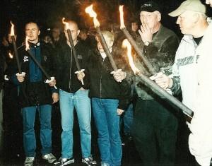 """© Redaktion Kein Veedel für Rassismus, """"Pro Köln"""" hat langjährige Erfahrung mit """"Lichterketten"""". Hier eine Pro Köln-Demonstration in Köln-Longerich 2001 mit dem Alt-Neonazi-Kader """"SS-Siggi"""" Borchardt (re.) aus Dortmund, und Gefolge."""