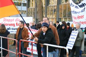 © Redaktion Kein Veedel für Rassismus, Ehrenfeld - Jonas Ronsdorf mit Markus Beisicht und Markus Wiener auf einer Pro Köln-Demo gegen die Ehrenfelder Moschee am 08.11.2008