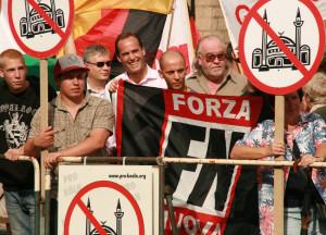 """© Redaktion Kein Veedel für Rassismus, Innenstadt - Jörg Uckermann (3. v. l.) mit Jonas Ronsdorf, zu Haft verurteilter Rädelsführer der rechtsextremen kriminellen Vereinigung """"Freundeskreis Rade"""", und Sympathisanten der neofaschistischen italienischen Forza"""
