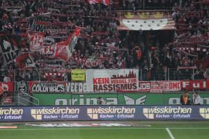 """© navajos.de, Stadion - Die Fangruppe """"NAVAJOS - Ultrà 1.FC Köln"""" hängte am 07.03.2014 ein Transparent der Kampagne """"Kein Veedel für Rassismus"""" in die Südkurve."""