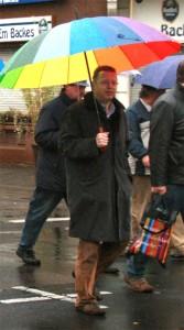 """© Redaktion Kein Veedel für Rassismus - Fotoinfo: Markus Beisicht lässt """"Pro Köln"""" im Regen stehen."""