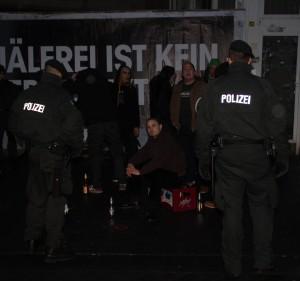 © Redaktion Kein Veedel für Rassismus - Fotoinfo: Jan F. und die Retter des Abendlandes (9 Neonazis um Jan F. wurden auf dem Weg zum Bahnhof am Eigelstein von der Polizei festgesetzt)
