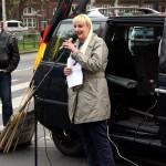 © Redaktion Kein Veedel für Rassismus - Fotoinfo: Manuela Eschert hat versucht eine Rede zu halten.