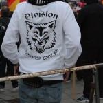 """© Redaktion Kein Veedel für Rassismus - Fotoinfo: Teilnehmer mit """"Division Braune Wölfe"""" T-Shirt"""