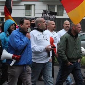"""© Redaktion Kein Veedel für Rassismus - Fotoinfo: Dominik Roeseler mit Neonazis der """"Division braune Wölfe"""", Pro NRW-Demo am 22.22.15 in Köln"""