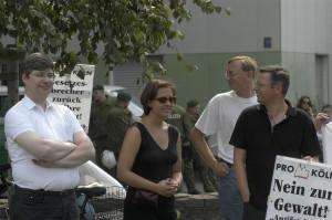 """© Redaktion Kein Veedel für Rassismus - Fotoinfo: """"Pro Köln""""-Führungsriege mit Thorsten Crämer, 2003, Mahnwache gegen das antirassistische Grenzcamp."""