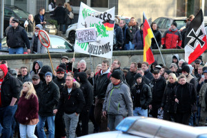 """© Redaktion Kein Veedel für Rassismus - Fotoinfo: """"Pro Köln"""" inmitten der Pegida-Randale-Demo vom 09.01.2016 in Köln. Rechts die Reichskriegsflagge, wie sie von 1933-1935 benutzt wurde."""